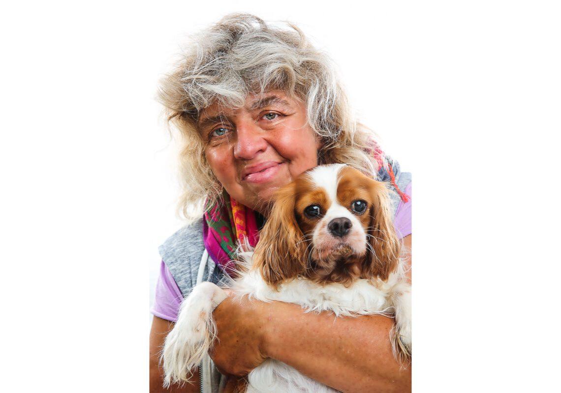 Dr. Christine Berger mit ihrem Hund im Arm